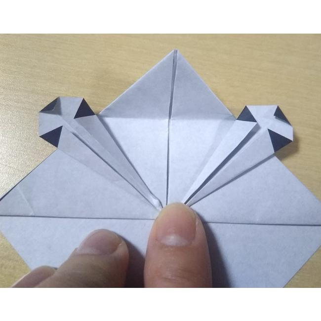 図のように角を少し折ります。反対側も同じく少し折ります。