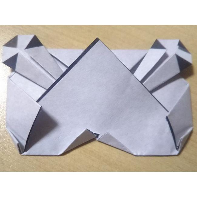 切り込みを入れた部分を図のように折ります。