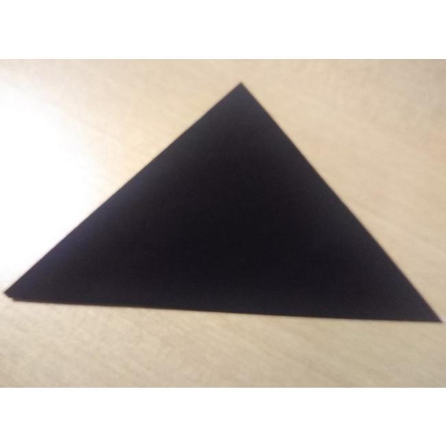 次は4分の1サイズの折り紙で足(からだ)の部分を折ります。