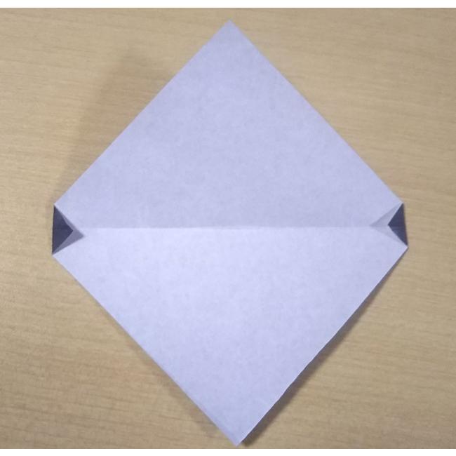 1度広げて、左右の角を図のように小さく折ります。
