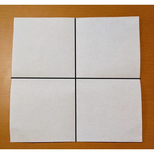 縦と横に四角に折り、折り目をつけます。