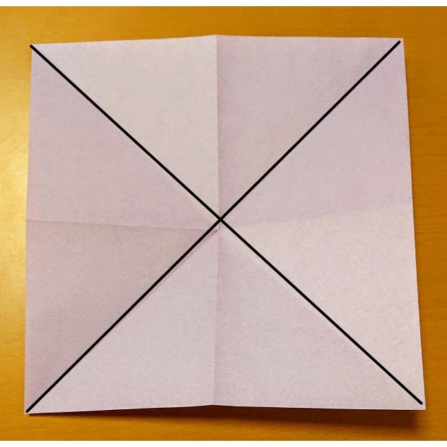 色がついている面を上にして、対角線になるように三角に折り目をつけます。