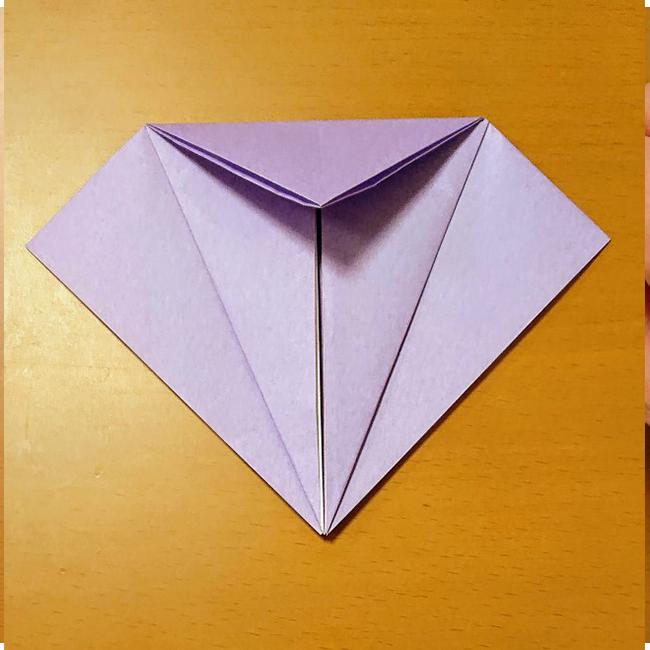 上部の三角を下に折り、折り目をつけます。