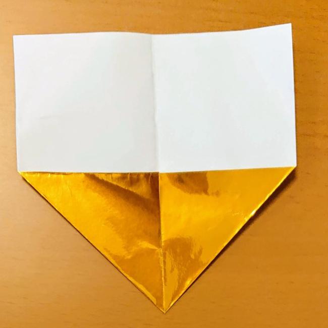 中心線に合わせて角を折ります。
