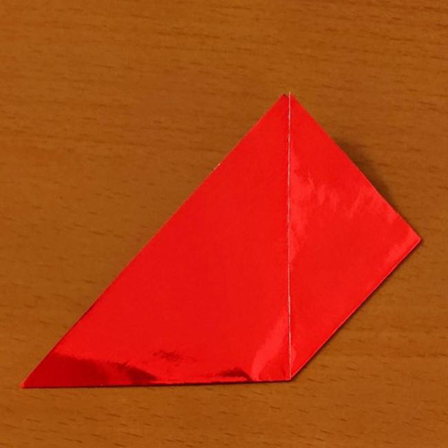 三角の右の角を上部の角に合わせて折ります。