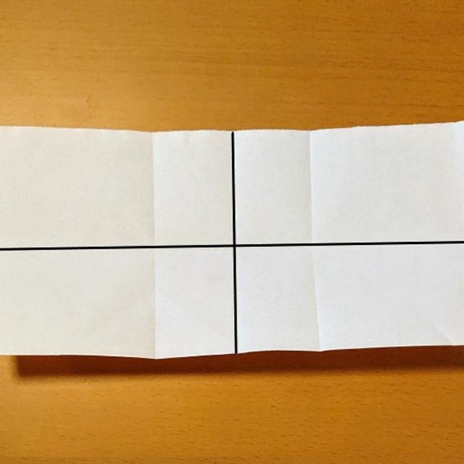 縦半分、横半分に折り目をつけます。