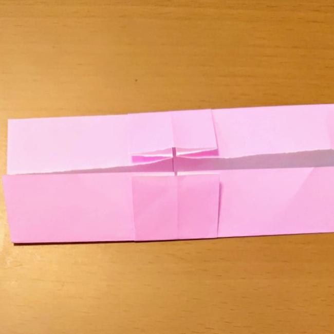 中心線に合わせて上下を折ります。