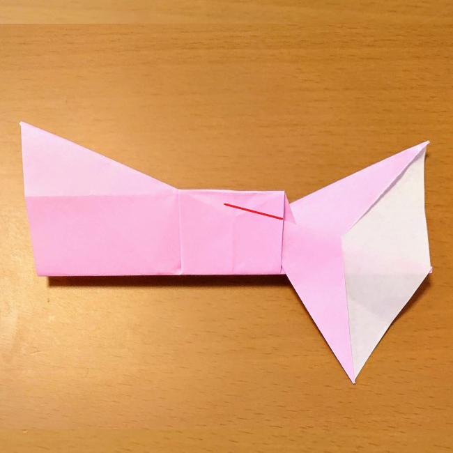 手前の紙を折り下げます。