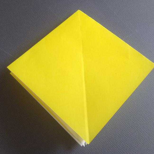 折り線に沿うように折りたたみ、小さな四角形を作ります。