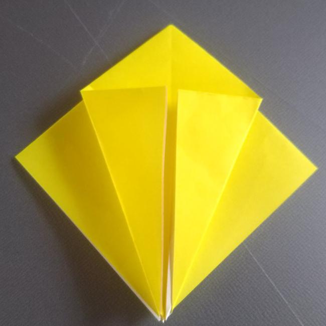 図のように左右を中心に向かって折ります。