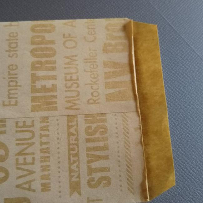 片側をカッターで切り落とします。