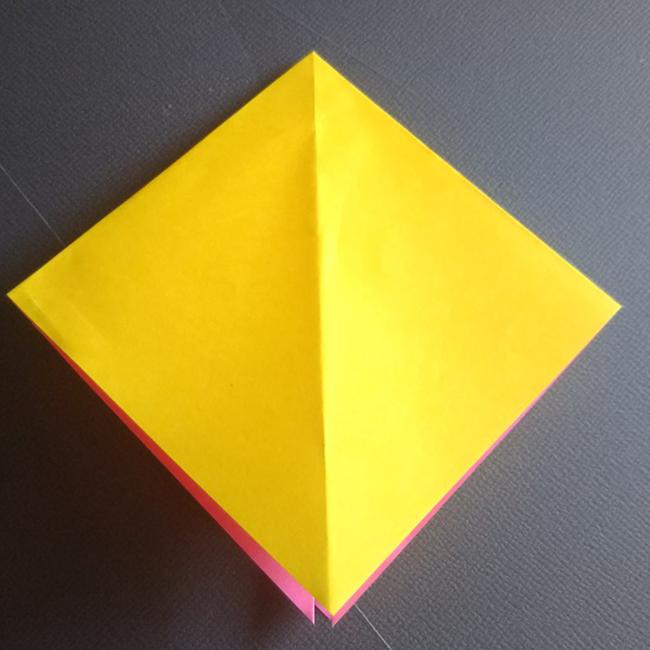 図のように広げて潰します。反対側も同様に折ります。