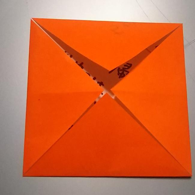 4つの角を中心に向かって折っていきます。