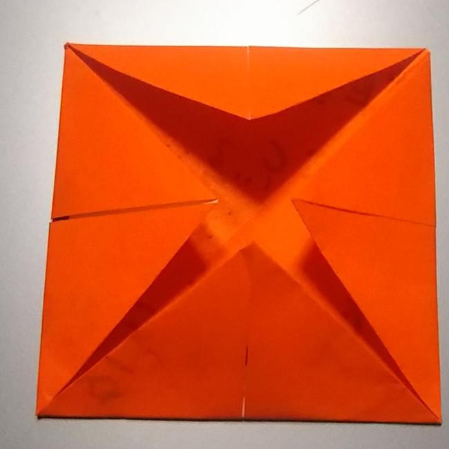 引っくり返して、同じように4つ角を中心に折っていきます。