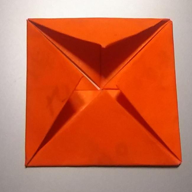 もう一度、同じように4つ角を中心に折っていきます。