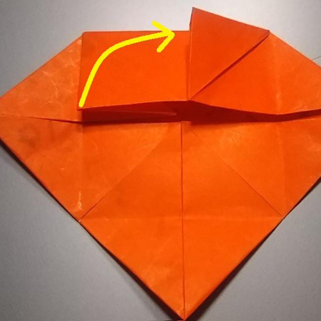 図のように長方形の角を中心に向かって折ります。