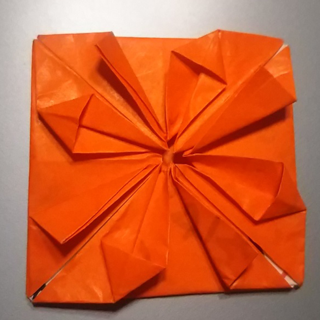 残りの四角形の辺も同じように折って潰します。
