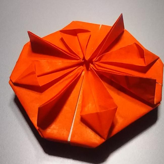 引っくり返して、4つの角を小さく折ったら完成です!