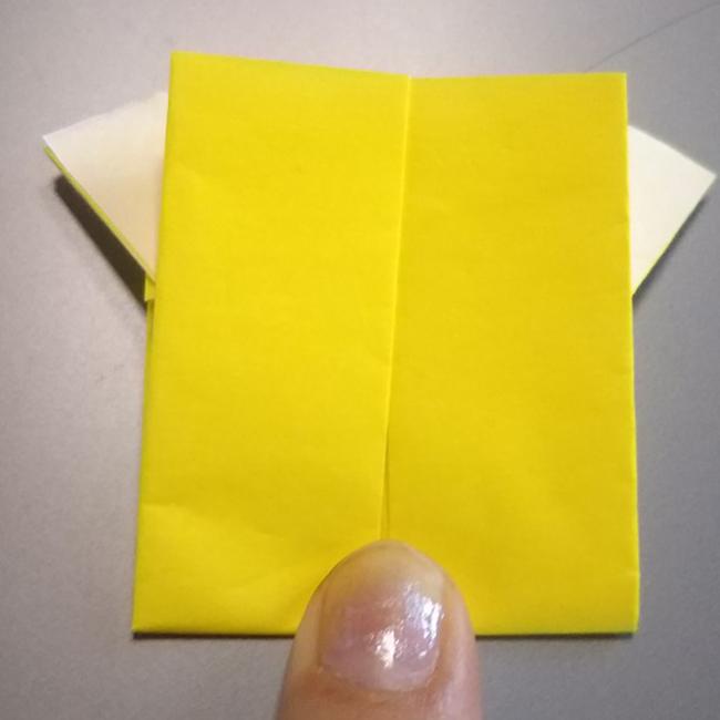 表に返し、半分に折ります。