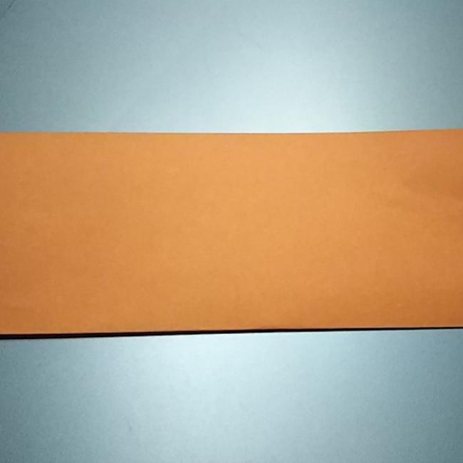 折り紙を半分に折ります。