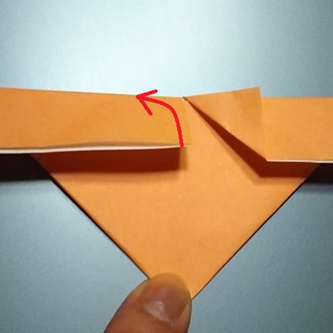 中心の部分を外側に三角形に折ります。