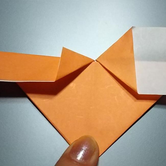 折った三角形を広げて潰します。