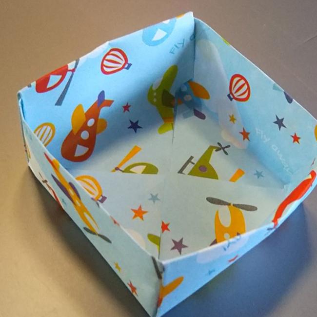 反対側も同じように折りたたみむと箱の本体が完成します。