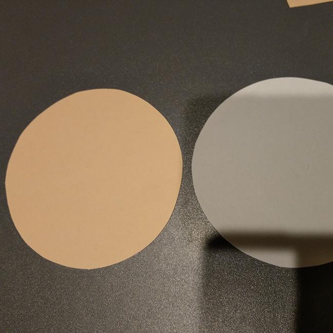画用紙を空箱に合わせて丸く切る。