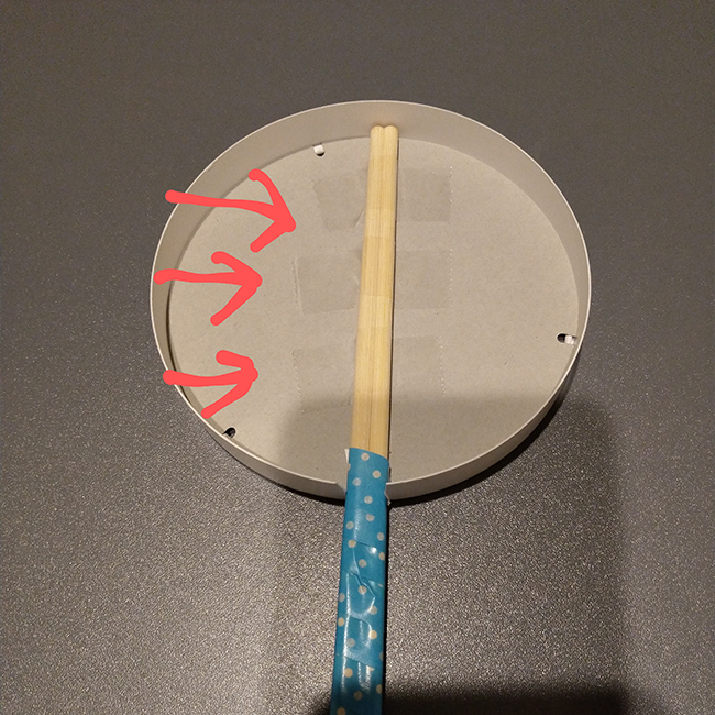 割りばしをはめ、 三か所セロハンテープで固定する。
