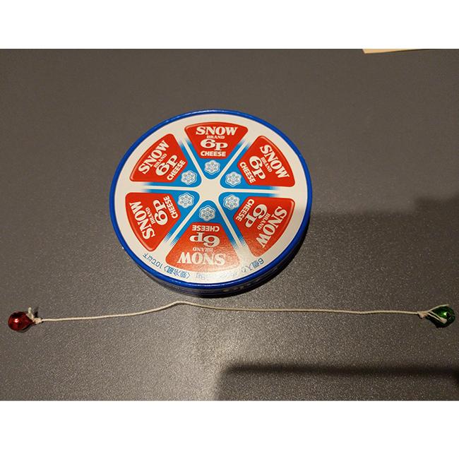タコ糸の両側にすずをつけ、2,3回こぶ結びをする。