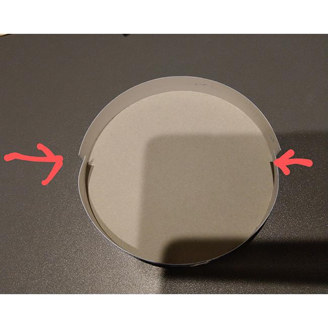 上の空箱にタコ糸が通るよう、 写真のように切り込みを入れる。