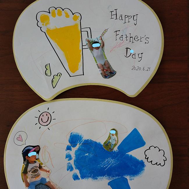 子どもの写真を切り、貼りし、うちわを装飾します。