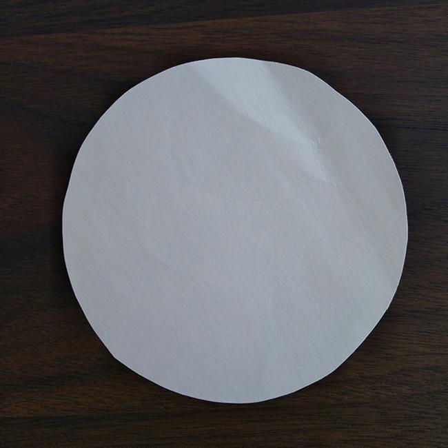 画用紙を丸く切ります。