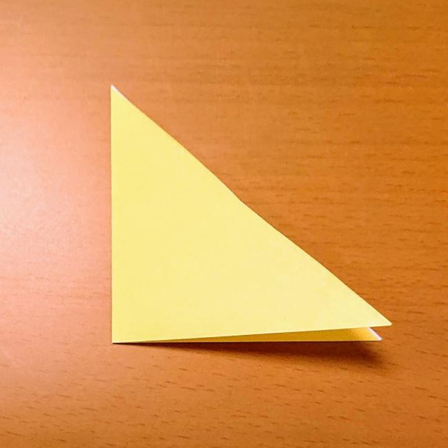 もう一度三角に折り、開きます。