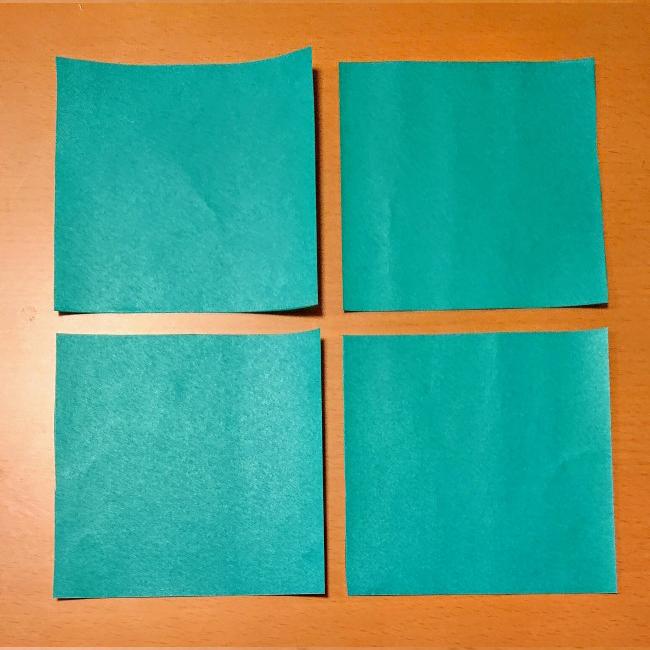 折り紙を4等分に切ります。