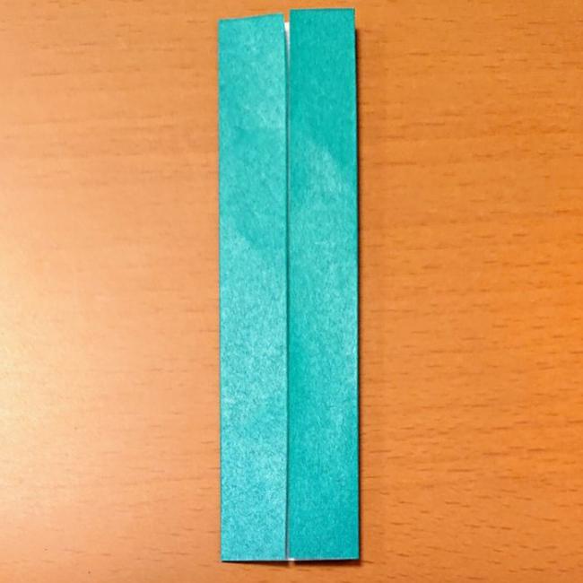 折り目に合わせて左右を折ります。
