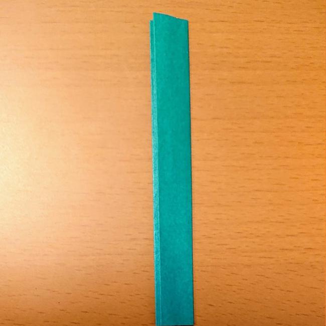 折り目の通りに半分に折ります。