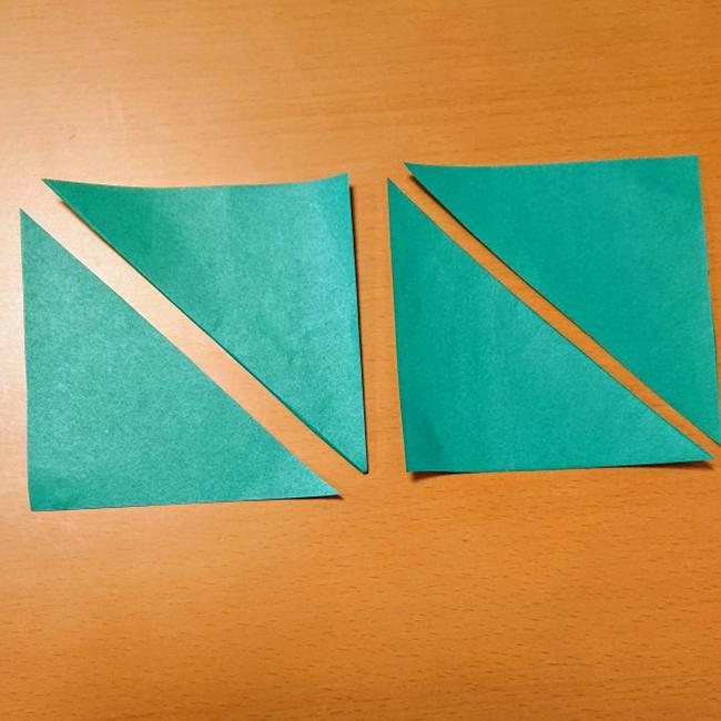 折り紙を三角に切ります。