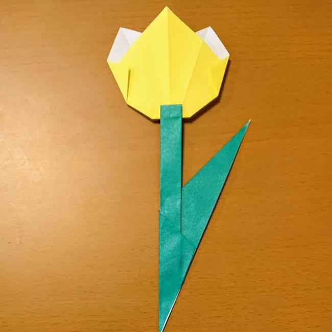 花の裏側に茎をのりで貼り合わせます。