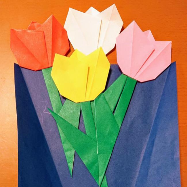 花束用の包装紙または折り紙の上に並べ、のりで貼り付けます。
