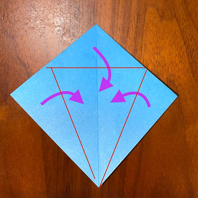 真ん中の線に合わせて、三方向から折り、折筋をつける