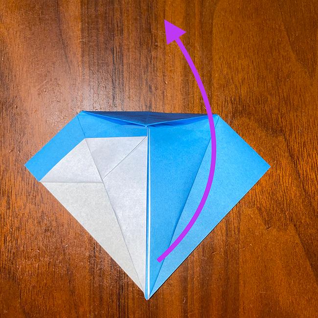 折ったところを広げ、鶴をおる時と同じように、下から上に折り上げて、折筋通りに潰して折る。