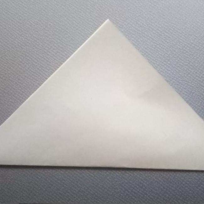 三角形に折り、折り目を付けます。