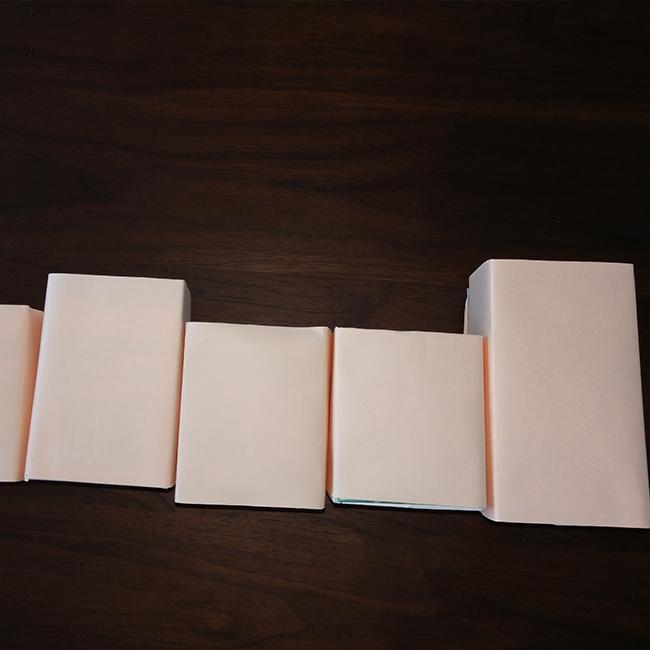 牛乳パックに画用紙を貼りつけます。