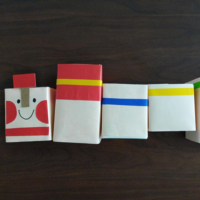 折り紙、ペンを使い、装飾します。