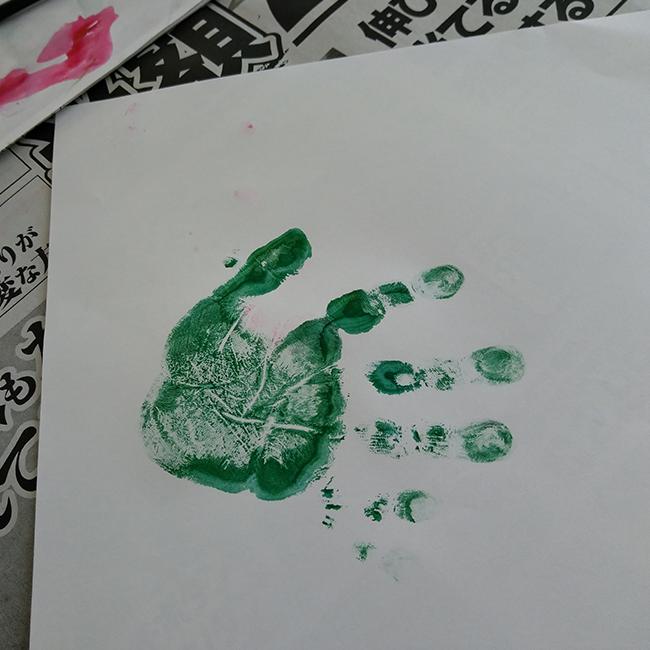 絵の具を出し、手形を取ります。